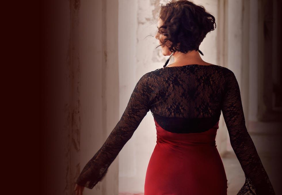Rotes Kleid, gehend von hinten