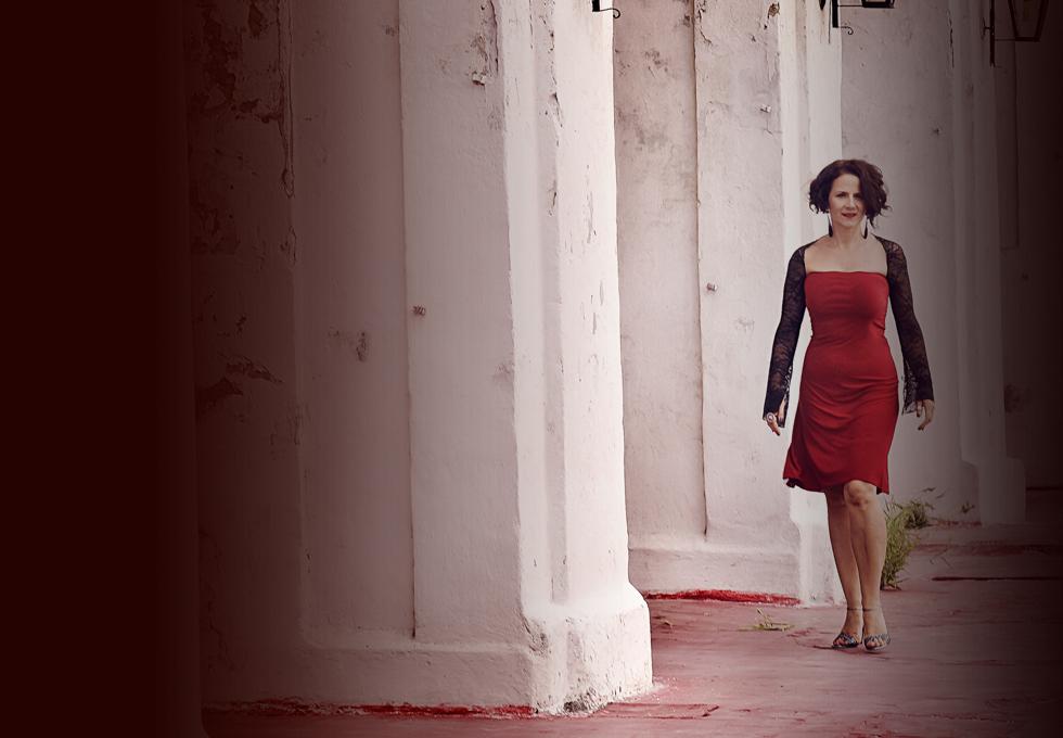rotes Kleid, weißer Hof, enfernt, gehend in Kamera