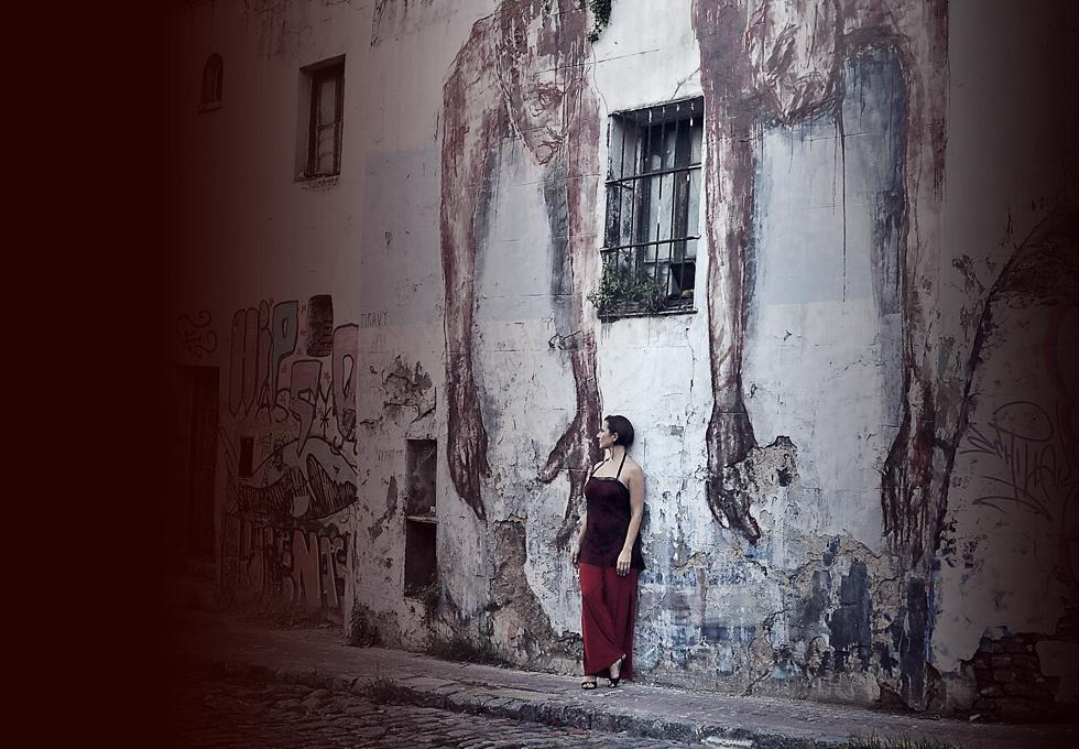 Ute an Graffitiwand, weit entfernt stehend, roter Hosenanzug